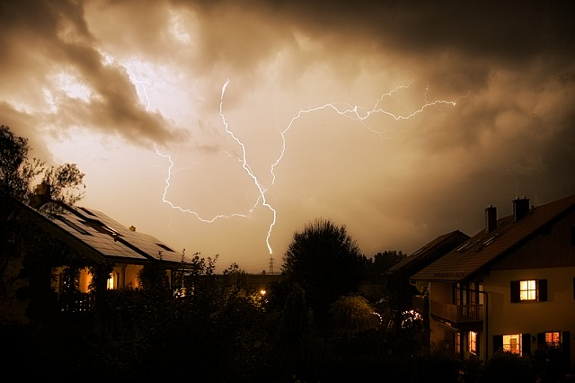 blesky nad domy